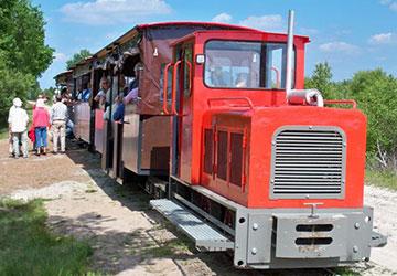 Personen steigen in Moorbahn ein©Moorbahn-Uchter Moor